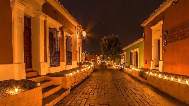 Miles de velas iluminando las calles de Cosalá