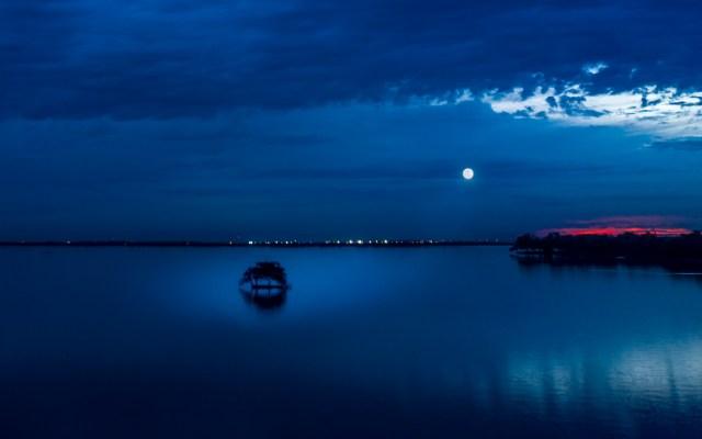Atardecer con luna llena en el dique La Primavera
