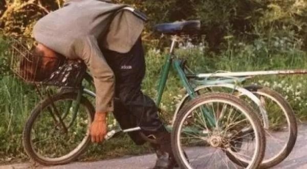 Borracho se duerme encima de su bicicleta