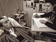 Escribe un libro parpadeando al sufrir un accidente cerebrovascular