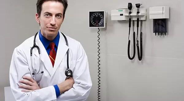 Médicos hombres ganan más que las mujeres