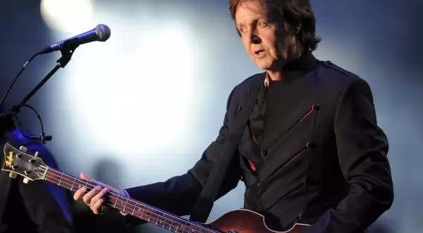 Paul McCartney solidario dona su bajo