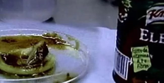 Encuentran preservativo en envase de salsa