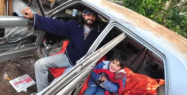 Padre y su pequeño hijo viven en un Torino abandonado