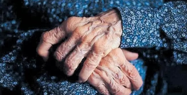 Mujer se casa con una abuela para heredar su fortuna