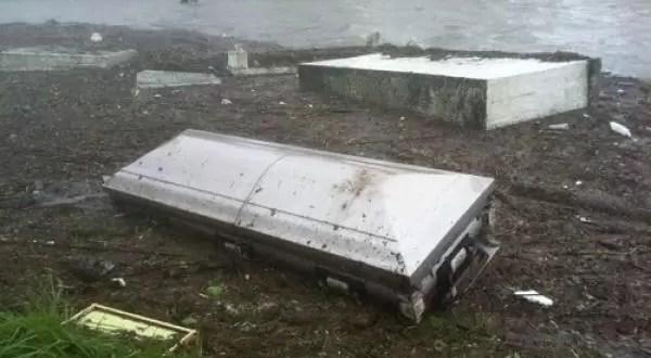 Huracán Isaac vuela ataúdes de cementerios - Foto