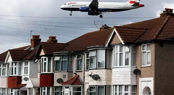 Un hombre muerto al caer desde un avión en pleno vuelo