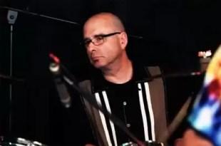 Video: Reconocido músico murió en pleno concierto