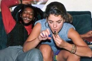 Supuesta foto de Brooke Shields joven fumando marihuana
