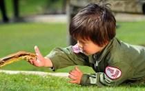 Insólito! Con sólo dos años ya es un encantador de serpientes - Fotos