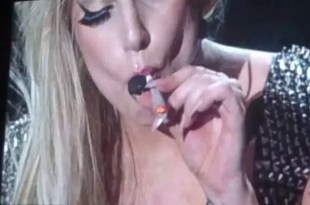 Lady Gaga fuma marihuana durante un recital - Video