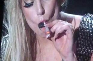 Lady Gaga fuma marihuana durante un recital - Video