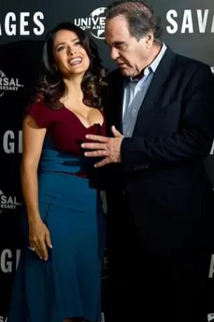 Oliver Stone toca los senos a Salma Hayek en público - Fotos