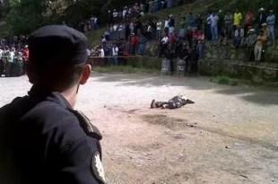 Queman vivo a un asesino de niños - Foto