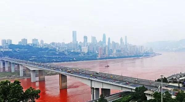 Insólito: Río de China se vuelve color rojo