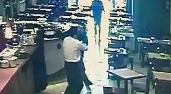 Video: Empleado de un restaurante evitó un robo a los golpes