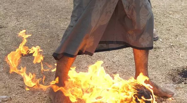 Video: Juegan fútbol con pelotas de fuego y descalzos