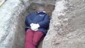 Insólito: Empleados municipales se sacan fotos con cadáveres