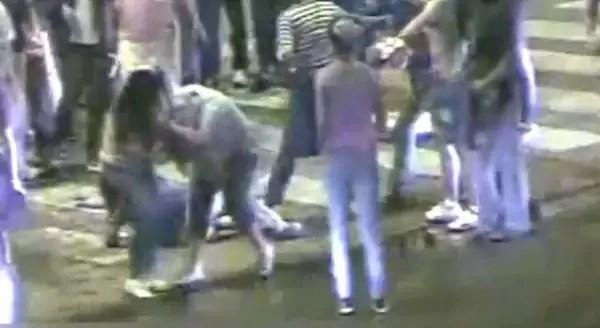 Video: terrible pelea entre mujeres a la salida de un bar