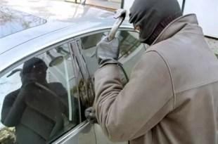 Video: Le robaron el auto por hacerse el 'vivo'