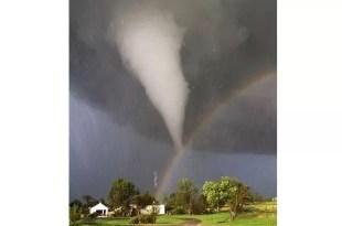 Foto asombrosa: Fusión entre un tornado y un arco iris