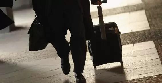 Detienen a hombre que llevaba un niño en una maleta