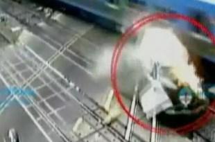 Imprudencia al volante: lo arrolla un tren y se salvó de milagro - Video