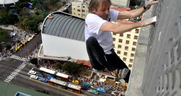 Video: Hombre araña trepó un hotel de 27 pisos sin protección