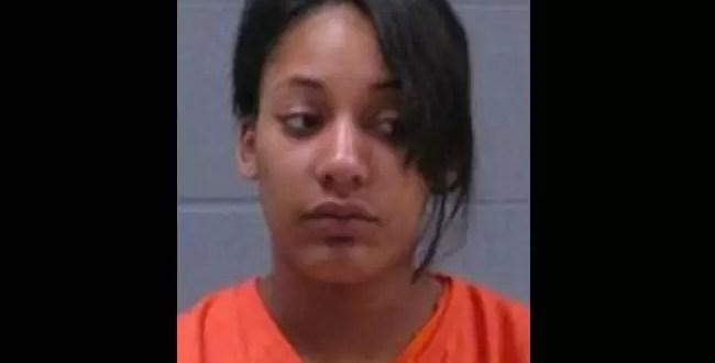 Mujer presa por atacar a policías con un tampón usado
