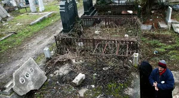 Hombre perdió su casa y se fue a vivir a un cementerio - Fotos