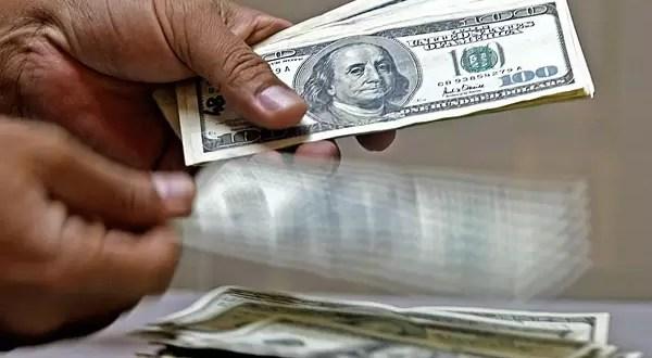 Argentinos viajan a Uruguay para comprar el dólar 30% menos