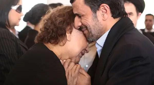 Foto polémica de Mahmoud Ahmadinejad con la madre de Hugo Chávez
