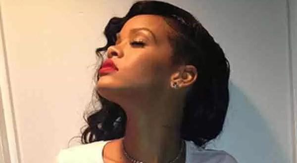 Rihanna deja ver su piercing oculto - Foto