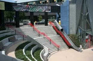 Instalan toboganes en estadio de fútbol para salir más rápido