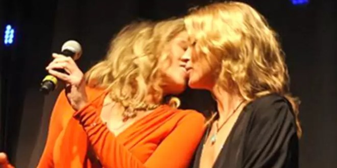 Foto: Beso lésbico entre Kate Moss y Sharon Stone