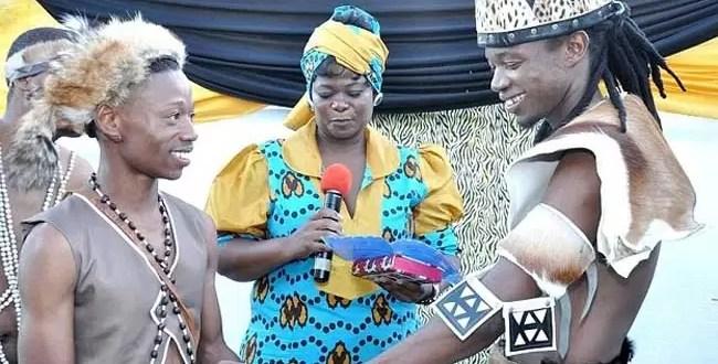 Tribu africana celebra primera boda gay - Foto