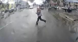 Video: De milagro se salvó de un atropello peor