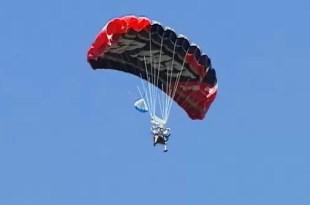 Video: Cumplió 102 años y lo festejó saltando en paracaídas