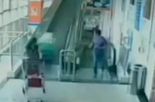 Video fuerte: Mujer muere aplastada por carrito de supermercado