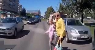 Video: momento en que atropellan a dos niños