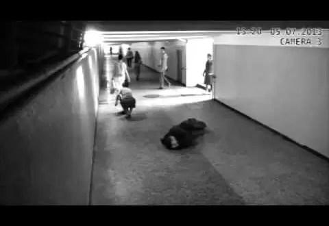 Video: mujer noquea a ladrón de celulares