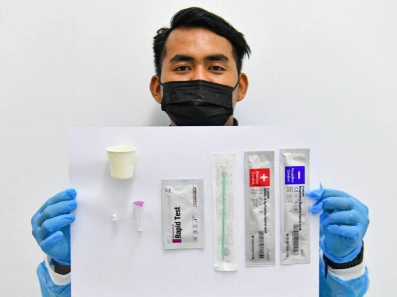 Kit ujian kendiri 'Gmate COVID-19 Rapid Antigen Test' buatan Korea yang kini boleh dibeli. -Foto Bernama