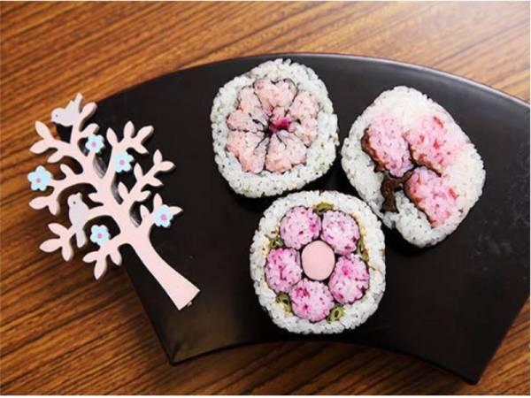 Gulungan maki sushi bunga sakura.