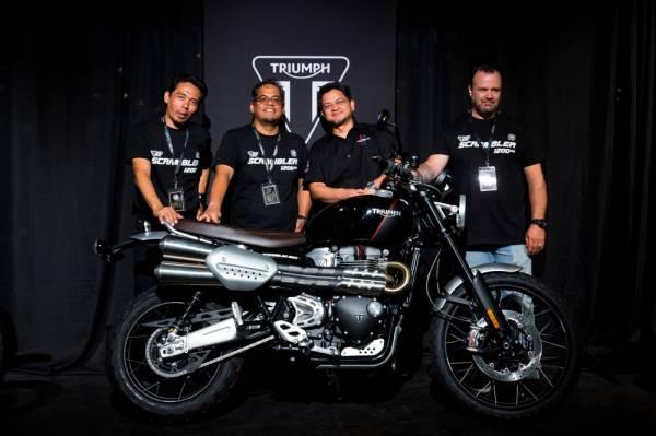 Ketua Pegawai Eksekutif Fast Bikes Sdn Bhd, Datuk Razak Al Malique (dua dari kiri) bersama motosikal Triumph Scrambler 1200 ketika majlis pelancaran motosikal itu di Petaling Jaya baru-baru ini.