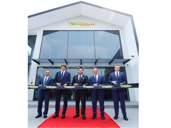 Tengku Amir Shah (tengah) merasmikan pembukaan bilik pameran Technogym.