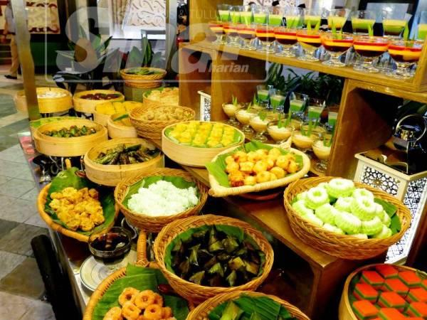 Aneka kuih muih boleh dinikmati di gerai yang diberi nama Taman Manisan Hajah Rokiah.