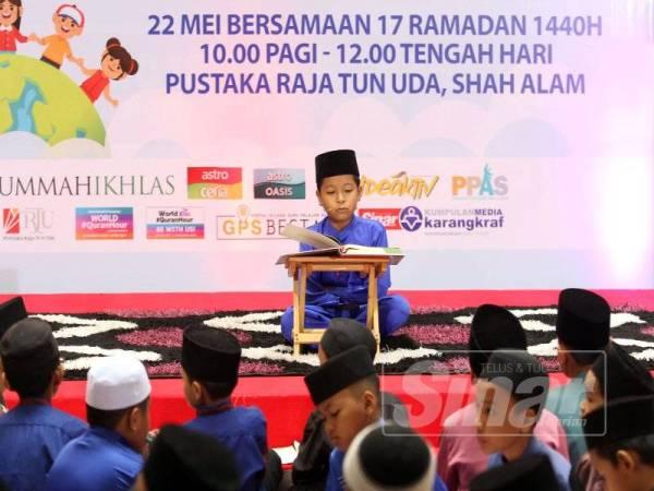 Seorang kanak-kanak membacakan surah al-Fatihah dan al-Baqarah sewaktu pembukaan program berkenaan. - FOTO ASRIL ASWANDI SHUKOR