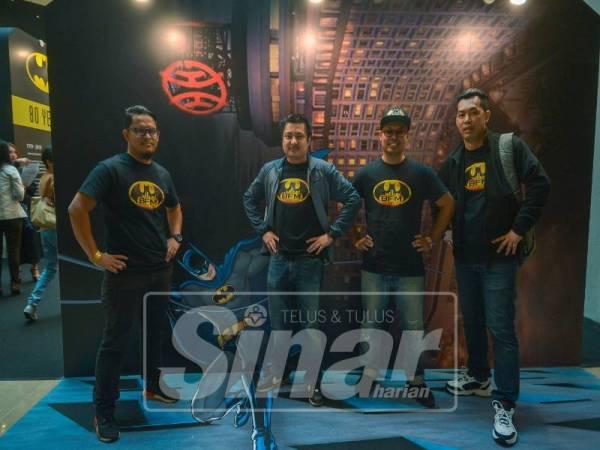 Razman Shah (dua kiri) bersama ahli Kelab Peminat Batman Malaysia yang turut hadir memberikan sokongan.