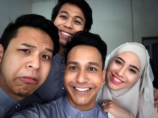 Azri (tengah) bersama ahli keluarganya