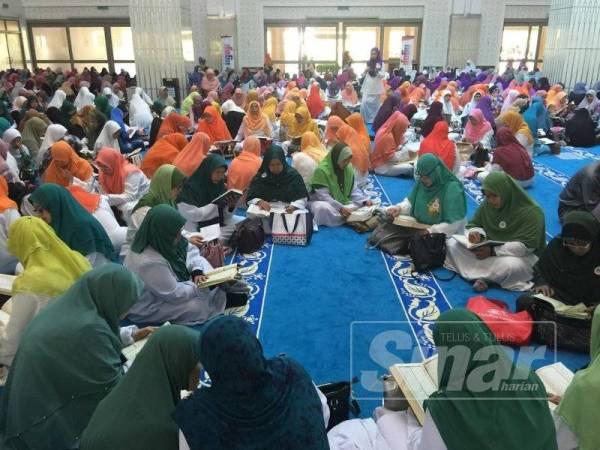 Peserta wanita yang menjayakan World #QuranHour di Masjid Kota Iskandar, Iskandar Puteri hari ini.